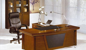 办公桌如何摆放对办公风水更有利?